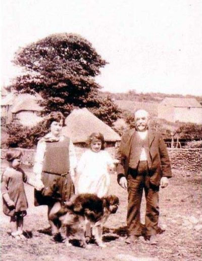 Thomas Henry Tucker (born 1860), with three  grandchildren, left Molly Press, Nancy, Gracie, Locks Farm 1927